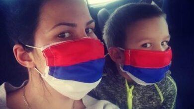 Photo of Mama (26) i sin (4) šiju maske u svom domu i poklanjaju ih