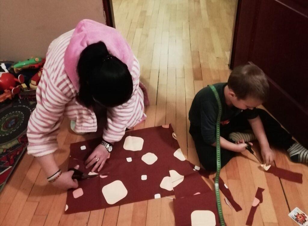 Mama (26) i sin (4) šiju maske u svom domu i poklanjaju ih