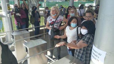 Photo of Radnici koji su ostali bez posla zbog gašenja kooperanata Olimpiasa drugi dan ispred fabrike čekali na odgovore
