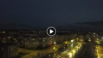 """Photo of """"Marš na Drinu"""" pokojnom dr Lazi i u Istočnom Sarajevu. Zastave na pola koplja (VIDEO)"""