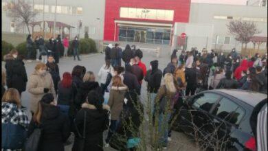 Photo of Zaposleni u Juri ponovo ispred fabrike, deo njih počeo sa radom (VIDEO)