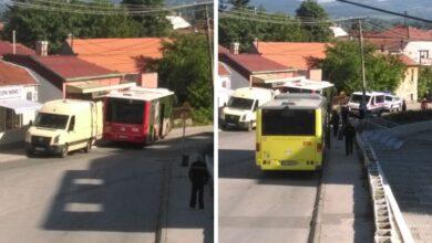 Photo of Vozač zaboravio da podigne ručnu kočnicu, autobus počeo da se kreće i završio u ogradi?