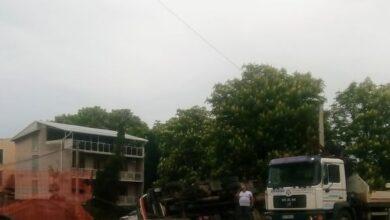 Photo of Prevrnuo se kamion na gradilištu. Vozač iskočio iz kabine
