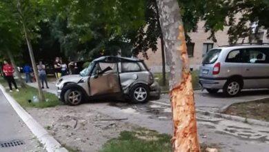 Photo of Sleteo s puta, udario u drvo pa u parkirani automobil. Vatrogasci izvadili povređenog iz automobila