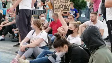 Photo of Protesti protiču bez incidenata. Sedenjem na raskrsnicama demonstranti zaustavljaju saobraćaj