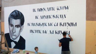 Photo of Branko Miljković pozdravlja đake svojim stihovima