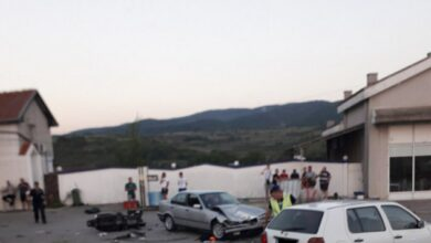Photo of Sudar motocikla i dva automobila kod benzinke pumpe, povređen motociklista (FOTO)