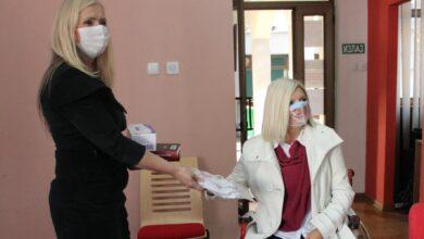 """Photo of Narodna biblioteka donirala knjige i zaštitne maske udruženju """"Iz kruga – Niš"""""""