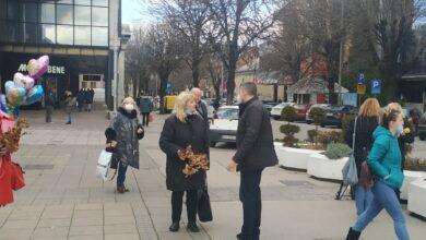 "Photo of Aktivisti Koalicije ""Niš moj grad"" delili badnjake Nišlijama"